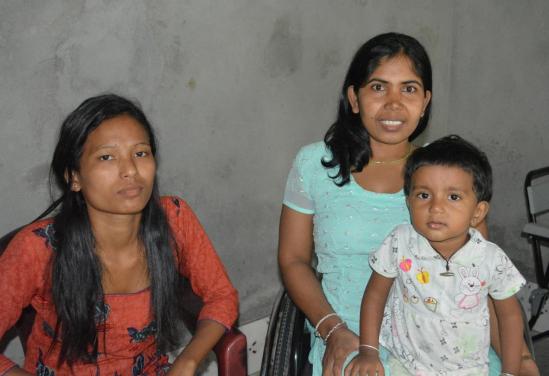 v.l.n.r.: Familyhome-moeder, Chadeni en dochtertje van de home-moeder.
